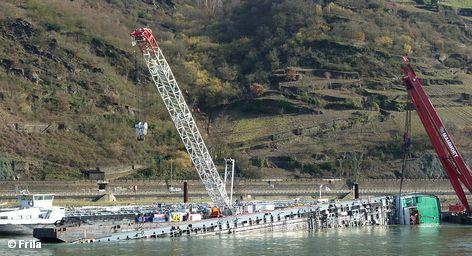 """Названы причины аварии танкера с серной кислотой, которая произошла зимой этого года на Рейне. Согласно заключению прокуратуры Кобленца, судно """"Вальдхоф"""" перевернулось, заблокировав на несколько дней судоходство по этой реке, потому что было перегружено. У судовладельца по этому поводу другое мнение и он заказал проведение независимой экспертизы."""
