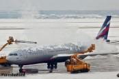 В аэропорту Франкфурта-на-Майне сотни рейсов отменены и сотни вылетают с опозданием.