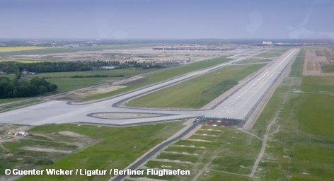 В строящемся международном аэропорту Берлина и Бранденбурга BBI завершены работы по созданию южной взлетно-посадочной полосы. Согласно проекту, вторая полоса достанется новому аэропорту в наследство от старого, который расположен в непосредственной близости от места строительства. Она должна будет расширена и продлена.