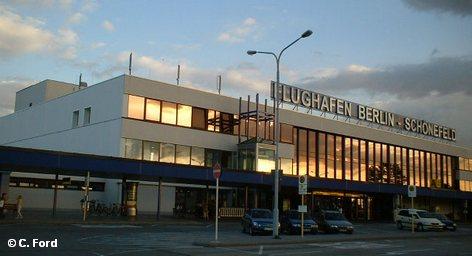 В Шёнефельде проходит совещание между представителями Государственной комиссии по защите от авиационного шума и строителями нового берлинского будущего аэропорта BBI. Тема заседания, на котором должны быть выдвинуты новые предложения - маршруты полетов самолетов.