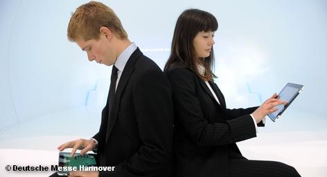 Microsoft на выставке CeBIT намерена представить в Германии свою новую инициативу Cloud Computing. Германии отводится роль страны, которая в этой области в будущем будет задавать темп в Европе. Cloud Computing – это технология распределённой обработки данных, в которой компьютерные ресурсы и мощности предоставляются пользователю как интернет-сервис.