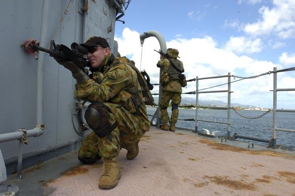 Пиратство на море становится постоянной проблемой для судоходных компаний. Все чаще и чаще они нанимают частных вооруженных охранников для сопровождения торговых кораблей. Согласно данным, распространенным консалтинговой фирмой PwC, 27 немецких судоходных компаний имеют на борту их кораблей вооруженных охранников. Еще шесть – наняли секьюрити без оружия.