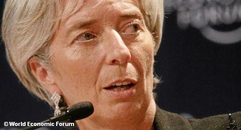 """МВФ предлагает раскошелиться на спасение Европы. Директор-распорядитель Международного валютного фонда Кристин Лагард во время визита в Берлин заявила, что ресурсы МВФ надо увеличить с нынешних 380 млрд. долларов до 1 трлн. долларов. 500 млрд. МВФ хотел бы получить от стран-членов организации наличными и еще 100 млрд. в виде гарантий. Вопрос может быть поднят на саммите """"Большой двадцатки"""" в феврале."""