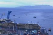 Затонувший у берегов итальянского острова Джильо круизный лайнер Costa Concordia поставлен не на ровный киль, а на железобетонную платформу.