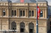 Президент концерна немецких железных дорог Deutsche Bahn Рюдигер Грубэ прервал отпуск, чтобы заняться дежурными по станциям.