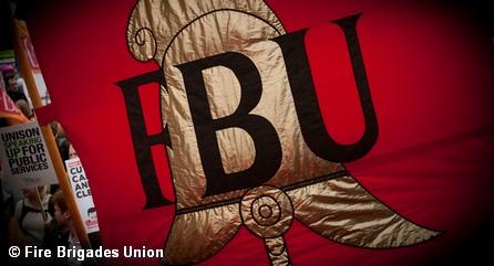 Флаг с эмблемой британского профсоюза пожарных Fire Brigades Union