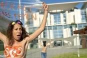 Активистки Femen устроили топлесс-акцию у здания ведомства федерального канцлера в центре Берлина.