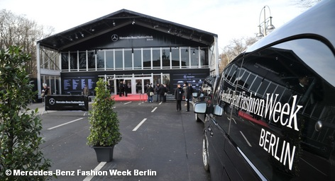 У павильона берлинской «Недели моды» (Fashion Week) зимой 2012 года