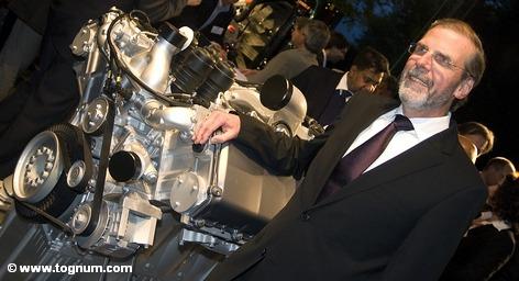 С сегодняшнего дня Daimler и Rolls-Royce совместно владеют 60 процентов в компании Tognum, которая является одним из ведущих производителей дизельных моторов. Большая часть акционеров Tognum приняла предложение Daimler и Rolls-Royce, получив 26 евро за акцию. Однако в соответствии с требованиями законодательства в Германии, это предложение вступает в силу через 14 дней.