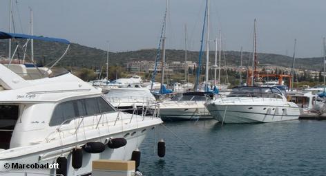 Отдых в Греции в этом году можно назвать экстремальным. Точно, по Жванецкому: «Не знаешь, где рванет». Такое впечатление, что вся страна бастует, а в свободное время, как бы между делом, работает.  Так что осенний отпуск в этом году любителям цацики, феты, рицины и сиртаки лучше провести на Кипре – острове круглогодичного отдыха.