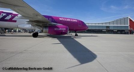 Самолет авиакомпании Wizz Air на летном поле перед терминалом аэропорта Мемминген