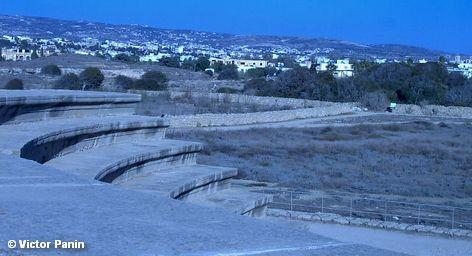Развалины древнегреческого театра неподалеку от Царских гробниц в городе Пафос на Кипре