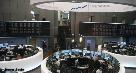 Торговля ценными бумагами на немецком фондовом рынке полностью переведена в электронную систему Xetra. В торговом зале остаются только те, кто следит за работой компьютеров. Deutsche Börse это выгодно в свете грядущего слияния с глобальной торговой площадкой – Нью-Йоркской фондовой биржей NYSE Euronext. Эта самая серьезная технологическая революция за 400-летнию историю.