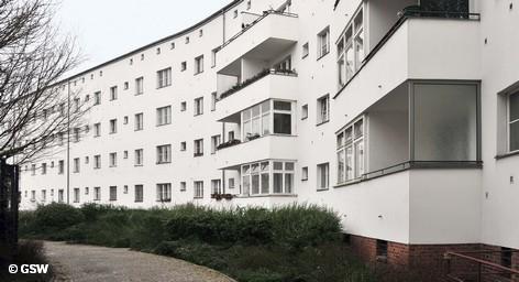 В Берлине постепенно становится все меньше квартир, сдаваемых в аренду. Таким данными располагает Ассоциация агентств недвижимости Берлина и Бранденбурга (BBU), которая призвала Сенат немецкой столицы выделить средства на строительство новых домов. Как следствие растет арендная плата, а люди с небольшим доходом вынуждены переезжать.