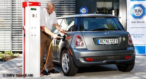 В среду поступает в продажу первый немецкий электромобиль Opel Ampera. К 2020 году по немецким дорогам должно кататься около одного миллиона подобных транспортных средств. Однако недостаточное количество мест для зарядки аккумуляторов может помешать воплощению в жизнь этих планов. С другой стороны, на рынке электроэнергетики может образоваться новая ниша.
