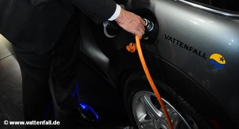 Два тяжеловеса автомобильной промышленности во вторник объявил о создании совместного предприятия, которое начнет свою деятельность в следующем году. Электродвигатели первоначально будет использоваться только на автомобилях марок Mercedes-Benz и Smart. В качестве второго шага, предполагается продавать эти двигатели конкурентами.