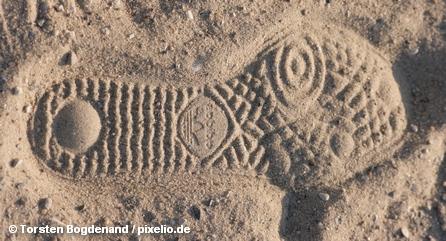 Отпечаток подошвы кроссовка Adidas на песке