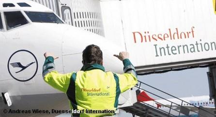 Работник службы летного поля в аэропорту Дюссельдорфа