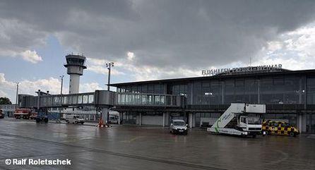 Летное поле перед зданием терминала аэропорта Эрфурт /Веймар