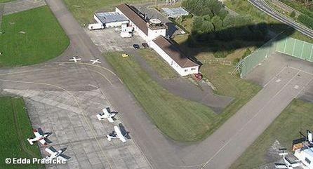Тень от летящего дирижабля в аэропорту Фридрихсхафен