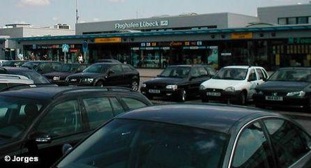 Парковка перед терминалом аэропорта Любека
