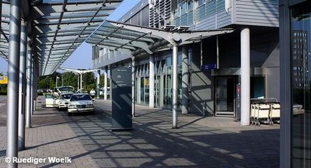 Стоянка такси перед терминалом аэропорта Мюнстер / Оснабрюк