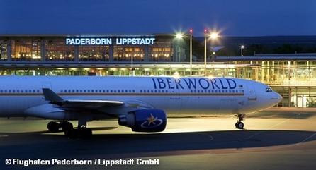 Самолет авиакомпании Iberworld на летном поле перед терминалом аэропорта Падеборна