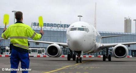 Работник службы летного поля в аэропорту Саарбрюккена