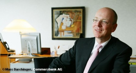 Commerzbank со значительной скидкой для старых акционеров размещает его новые ценные бумаги.