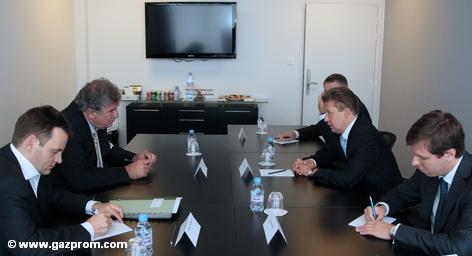 В четверг в Риме председатель правления RWE AG Юрген Гроссманн и председатель правления ОАО «Газпром» Алексей Миллер и подписали меморандум о взаимопонимании, касающийся стратегического партнерства компаний в сфере производства электроэнергии в Европе. Теперь стороны на фоне бунта Прибалтийских стран намерены завершить текущие переговоры.