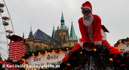 Дед мороз на крыше одного из павильонов на одном из рождественских рынков в Германии
