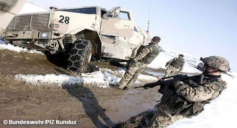 """Три военнослужащих Бундесвера пострадали сегодня в теракте на севере Афганистана в городе Кундуз. На пути бронетранспортеров был взорван радиоуправляемый фугас, повредивший одну из бронемашин. Ответственность за теракт взяло на себя движение """"Талибан"""". По их данным, все находившиеся внутри подорванного танка иностранные солдаты были убиты."""