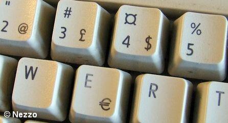 Знаки евро, доллара и фунта на клавиатуре