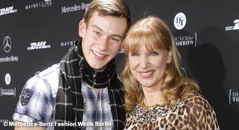 Немецкая актриса Сабина Каак  и ее сын Пелле на берлинской зимней «Неделе моды» 2012 года
