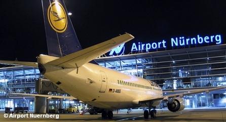 Самолет Boeing 737-330 авиакомпании Lufthansa на летном поле перед терминалом аэропорта Нюрнберга