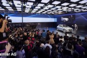 Фары нового внедорожника Mercedes GLA способны показывать изображения и даже кино на поверхностях перед машиной.