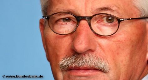 В обмен на отставку бывший член совета директоров Бундесбанка Тило Саррацин выторговал увеличение пенсии на 1000 € ежемесячно. Таким образом, ее сумма равняется той, которую он получил бы, уйдя на пенсию по истечении контракта в 2014 году.