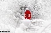 В аэропортах Европы отменны сотни рейсов, а по дорогам не проехать из-за снега.