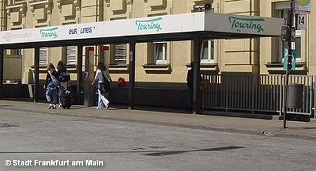 Остановка междугородних и международных автобусов у южного крыла главного железнодорожного вокзала Франкфурта-на-Майне