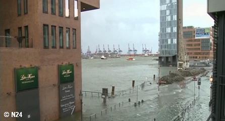 """Затопленная ураганом """"Ксавьер"""" набережная в Гамбурге"""